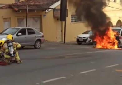 Ambulância pega fogou no centro de Manhuaçu